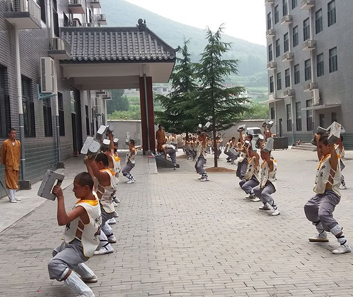 Stone Lock Training – Luo Han Yuan Shaolin Kung Fu Training Grounds in China